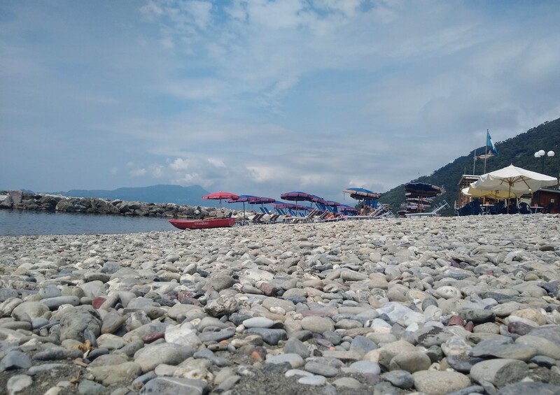 spiaggia sassi